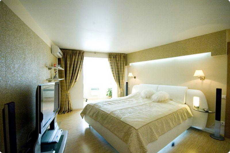 натяжной потолок и мебель в комнате